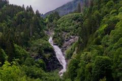 Krajobrazowy widok wysoka malownicza siklawa w bujny zieleni lasu krajobrazie zdjęcie stock