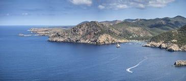 Krajobrazowy widok z falez na Ibiza w wibrującym lata słońcu Obrazy Royalty Free
