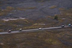 Krajobrazowy widok z lotu ptaka grupy przygoda z drogowego jeżdżenia na wycieczce samochodowej Fotografia Stock