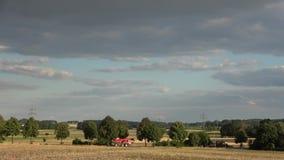 krajobrazowy wiejskiego W czerwonych promieniach położenia słońce zbiory