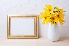 Krajobrazowy złoty ramowy mockup z żółtym rosinweed kwitnie Obraz Stock
