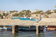 Fishermens sieci naprawia przy zakładem Dwarka Zdjęcia Stock