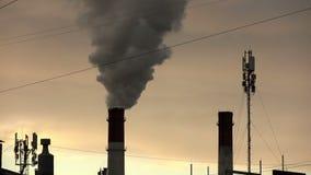 krajobrazu przemysłowego linia energetyczna i dym od drymb łączący upał zbiory