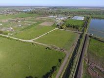 krajobrazu wiejskiego na widok Na horyzoncie tam jest farma drobiu, pole, lasów paski i rzeka, Obraz Royalty Free