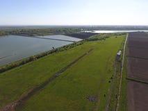 krajobrazu wiejskiego na widok Na horyzoncie tam jest rybi wylęgarnia, pole, lasów paski i rzeka, Drogi w polach Zdjęcie Royalty Free