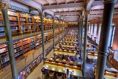 Krajowa biblioteka Szwecja z uczniami i czytelnikami pod dziejowymi kolumnami Fotografia Royalty Free