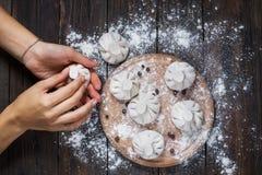 Krajowa Gruzińska kuchnia Khinkali Kobieta przygotowywa khinkali Odgórnego widoku surowego mięsa ciasta naczynie uncooked Proces  Obraz Stock