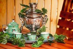 Krajowa Rosyjska tradycja pić herbaty od samowara. Zdjęcie Royalty Free