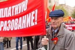 Krajowi bolszewicy wraz z partia komunistyczna zwolennikami, brali udział w zlotnym ocechowaniu Maja dzień w centrum Moskwa Obrazy Royalty Free