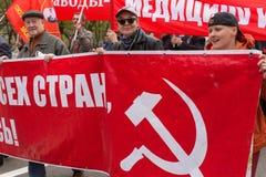 Krajowi bolszewicy wraz z partia komunistyczna zwolennikami, brali udział w zlotnym ocechowaniu Maja dzień w centrum Moskwa Obraz Stock