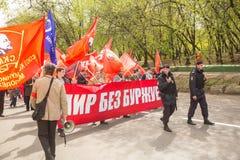Krajowi bolszewicy wraz z partia komunistyczna zwolennikami, brali udział w zlotnym ocechowaniu Maja dzień w centrum Moskwa Zdjęcia Royalty Free