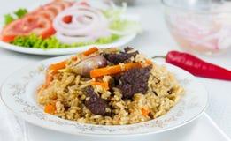 Krajowi pilau ryż z wołowiną słuzyć na round talerzu Obrazy Royalty Free