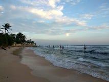 Krajowi połowów mieszkanowie które siedzą na słupach blisko brzeg ocean indyjski z fala Sri Lanka Zdjęcie Royalty Free