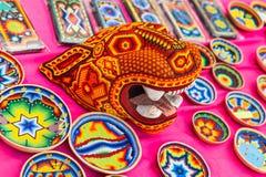 Krajowy dom dla meksykanina wachluje w Gostiny Dvor Krajowi pamiątek rzemiosła Huichol mozaika koraliki Fotografia Stock