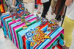 Krajowy dom dla meksykanina wachluje w Gostiny Dvor Krajowi pamiątek rzemiosła Huichol mozaika koraliki Zdjęcie Royalty Free