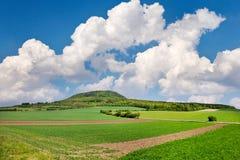Krajowy tajemniczy wzgórza rozprucie, Środkowa cyganeria, republika czech i niebieskie niebo z chmurami, - wiosna krajobraz z zie Zdjęcia Royalty Free