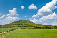 Krajowy tajemniczy wzgórza rozprucie, Środkowa cyganeria, republika czech i niebieskie niebo z chmurami, - wiosna krajobraz z zie Obrazy Stock