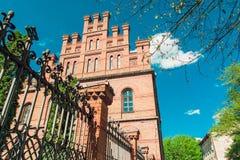 Krajowy uniwersytet, Czerwone cegły, metalu ogrodzenie, niebieskie niebo i zieleni drzewo, Podróż Europa, Tonujący Obrazy Royalty Free