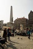 Krajowy zabytek na tama kwadracie z turystami w Amsterdam, holandie w 2015 zdjęcie stock