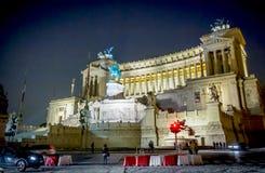 Krajowy zabytek zwycięzcy Emmanuel II królewiątko Włochy strzelał przy nocą w Rzym Zdjęcia Royalty Free