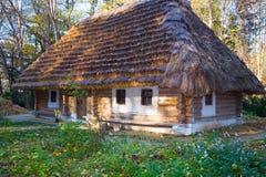 kraju dziejowy budy dach pokrywać strzechą drewnianego Zdjęcie Stock