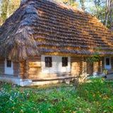 kraju dziejowy budy dach pokrywać strzechą drewnianego Zdjęcia Stock