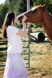 kraju dziewczyny konia buziaki Obrazy Royalty Free