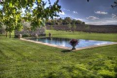 Kraju pływacki basen w polu obrazy stock