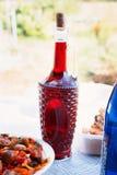 Kraju pinkin z butelką wino Zdjęcia Royalty Free