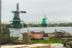 Kraju tartak z tarcicą i starą drewnianą łodzią na jardzie w wiejskim Holandia fotografia royalty free