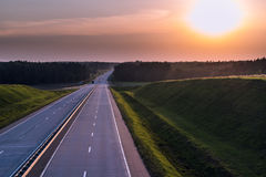 Kraju zmierzch i autostrada Jasna drogowa wielka natura wokoło Zdjęcia Royalty Free