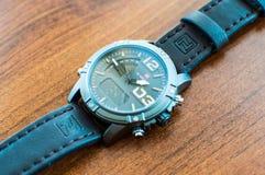 Krakà ³ w/Poland - 08 10 2017: Een multifunctioneel horloge van het merk NaviForce stock afbeeldingen