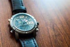 Krakà ³ w/Poland - 08 10 2017: Een multifunctioneel horloge van het merk NaviForce royalty-vrije stock afbeelding
