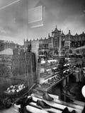 Kraków, arquitectura, reflexiones en ventanas de la tienda Mirada artística en blanco y negro Imagen de archivo