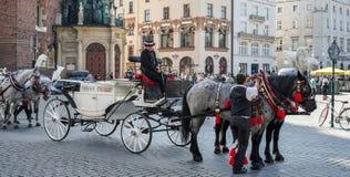 KRAKÓW, POLAND/EUROPE - 19 DE SEPTIEMBRE: Carro y caballos en el Kr Imagenes de archivo