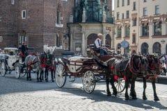 KRAKÓW, POLAND/EUROPE - 19 DE SEPTIEMBRE: Carro y caballos en el Kr Imagen de archivo