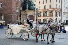 KRAKÓW, POLAND/EUROPE - 19 DE SEPTIEMBRE: Carro y caballos en el Kr Fotografía de archivo libre de regalías