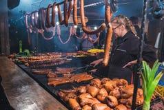 KRAKÓW, POLONIA - 12 DE DICIEMBRE DE 2015: Los comerciantes venden la mayoría de la carne popular Foto de archivo libre de regalías