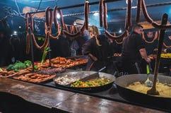 KRAKÓW, POLONIA - 12 DE DICIEMBRE DE 2015: Los comerciantes venden la mayoría de las comidas de carne populares Fotos de archivo libres de regalías