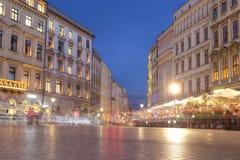Kraków, Polonia - 4 de julio: Plaza del mercado en Kraków con muchos peop Imágenes de archivo libres de regalías