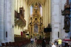 KRAKÓW, POLONIA - 27 DE MAYO DE 2016: Altar principal de la iglesia católica romana de St Catherine de Alexandría y de St Margare imágenes de archivo libres de regalías