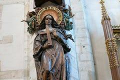 KRAKÓW, POLONIA - 27 DE MAYO DE 2016: Sculptere de madera del santo Rita de Cascia fotografía de archivo
