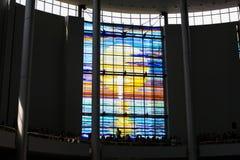 KRAKÓW, POLONIA - 28 DE MAYO DE 2016: Vitrage colorido en la basílica de la misericordia divina del santuario en Lagiewniki Foto de archivo