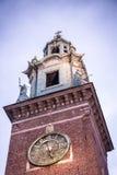 Kraków, Polonia - 19 de octubre La torre de reloj de la cátedra de Wawel fotos de archivo