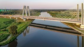 Kraków, Polonia El doble cable-permanecía el puente sobre el río Vistula almacen de video