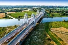Kraków, Polonia El doble cable-permanecía el puente sobre el riv del Vístula Fotos de archivo libres de regalías