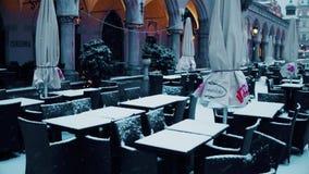 KRAKÓW, POLONIA - ENERO, 14, café viejo de la calle de la ciudad 2017 en la nieve Concepto de la estación baja Fotografía de archivo