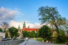 KRAKÓW, POLONIA - JUNIO DE 2012: Centro de ciudad con la vista del castillo de Wawel Imagenes de archivo