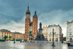 Kraków, Polonia - la iglesia de Maria y el monumento en la tubería foto de archivo libre de regalías