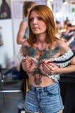 KRAKÓW, POLONIA - participantes en el 10mo convenio internacional del tatuaje en centro de la Congreso-EXPO Foto de archivo libre de regalías